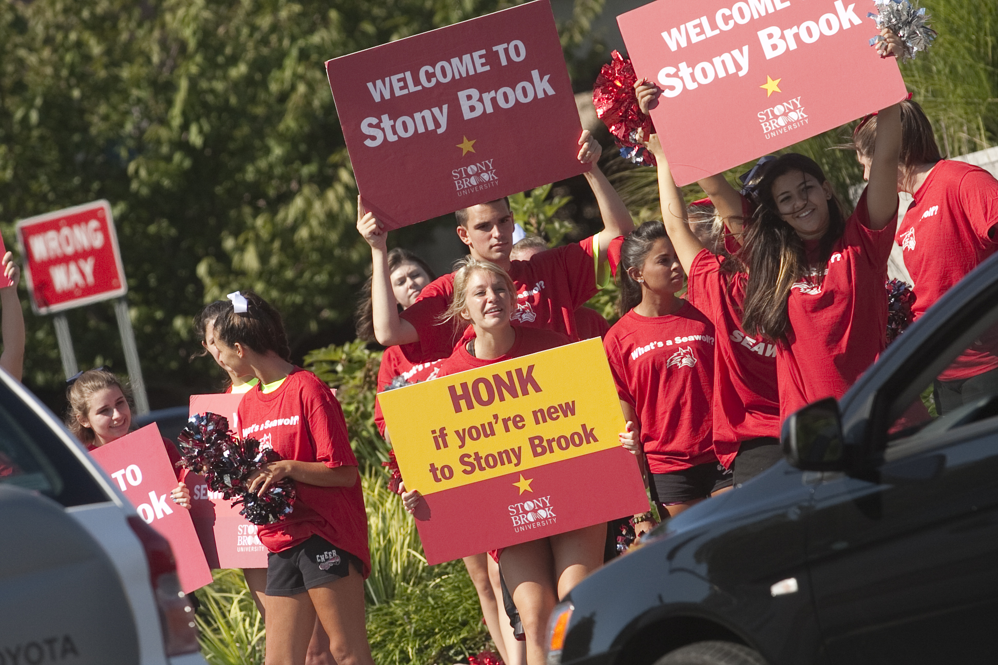 Stony Brook, NY; Stony Brook University: Wolfie and a bunch of cheerleaders welcome new students and their families as they enter the main entrance to the university during Move-In Day, August 26, 2011.
