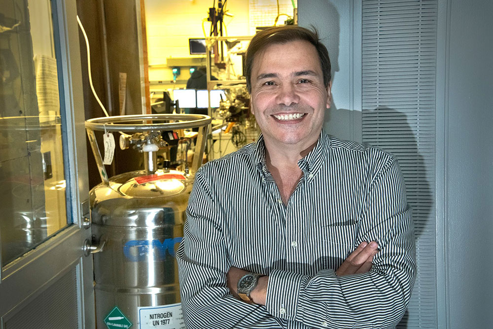 Chemist José Rodriguez Named Fellow of the American Vacuum Society